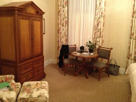 The Capital Hotel: Bedroom from entrance