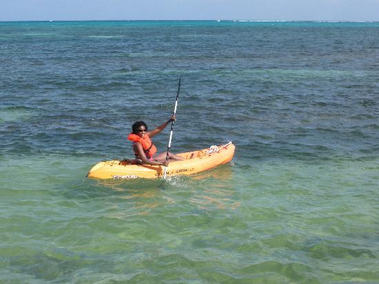 Victoria House Resort & Spa: Kayaking off Victoria House beach