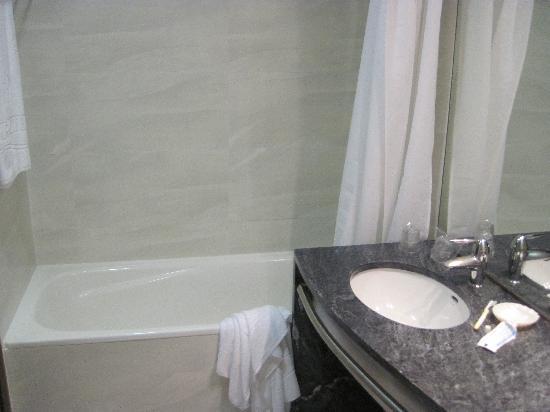 VIP Executive Azores Hotel: bathroom