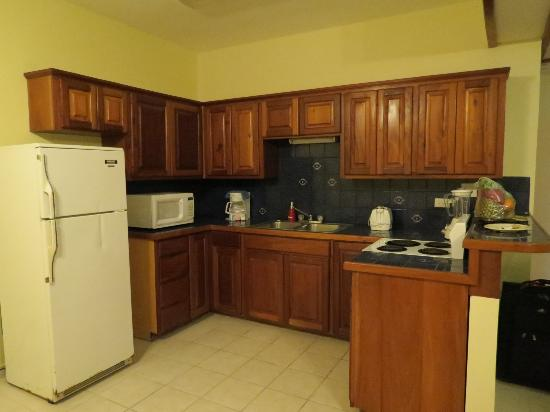 SunBreeze Suites: Kitchen