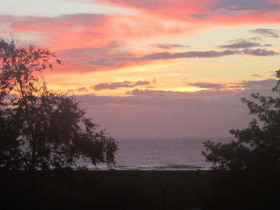 Kallyhouse B&B: from the patio of our room of the Tasman Sea at sunset.