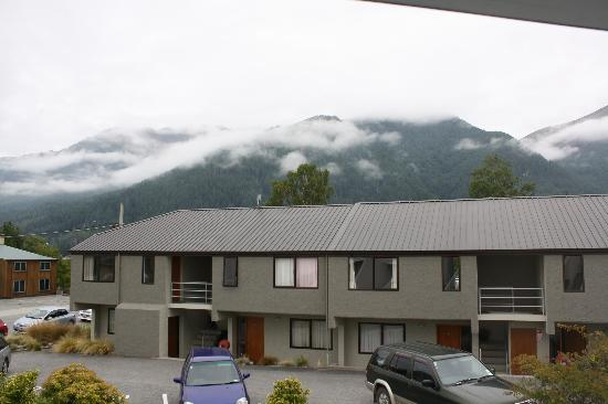 Amity Lodge Motel: View of the mountain from the balcony, in cloud, so no paragliders!!