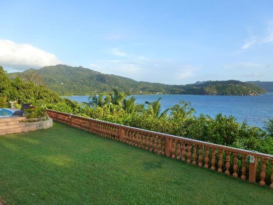 Bay View Villa: vue de la terrasse sur la baie