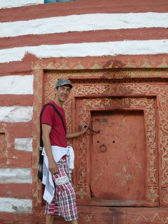 Charwahas Inn and Cafe: Me in a doorway of a local house near Double dutch.