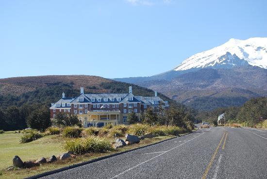 Whakapapa, Neuseeland: Вид отеля при подъезде к нему