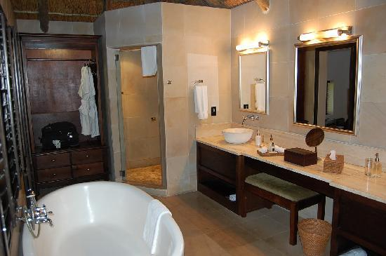 Kichaka Luxury Game Lodge: Badezimmer in Kichaka Lodge