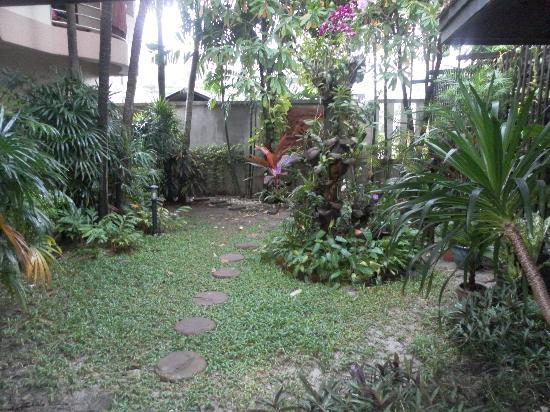 Nipa Resort: small garden area
