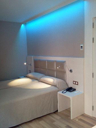 Il bagno con la parete doccia in vetro foto di hotel - Luci camera da letto ...