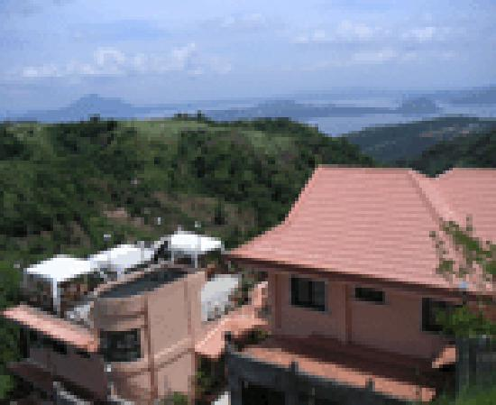 Royal Taal Inn: Hotel View of The Volcano