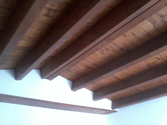Soffitto In Legno Lamellare : Soffitto con travi in legno picture of il giardino segreto