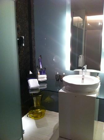Resorts World Sentosa - Hard Rock Hotel Singapore: the bathroom decoration