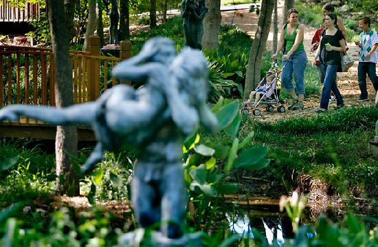Umlauf Sculpture Garden & Museum: family friendly grounds