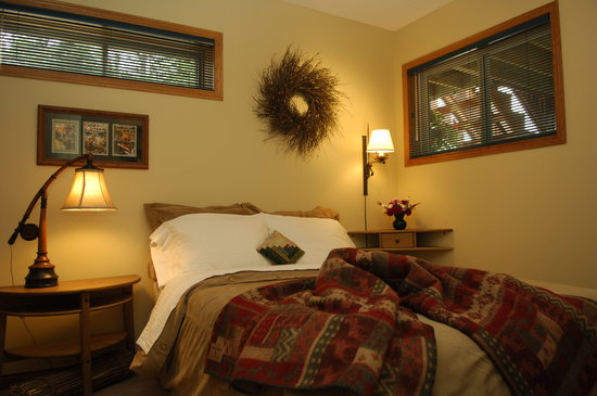 Chickadee Pines B&B: The Trout Run room with private bathroom