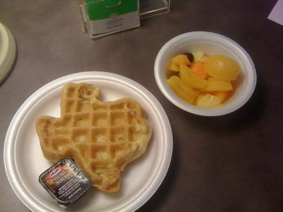 La Quinta Inn & Suites Houston Bush IAH South: Texas shaped waffle and fresh fruit salad