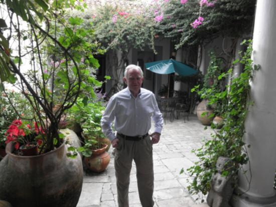 Casa Felipe Flores: David Orr in the entry courtyard