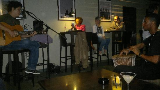 Blu Bar: Singer and barman