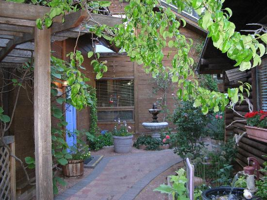 The Canyon Wren - Cabins for Two: Walking toward our office