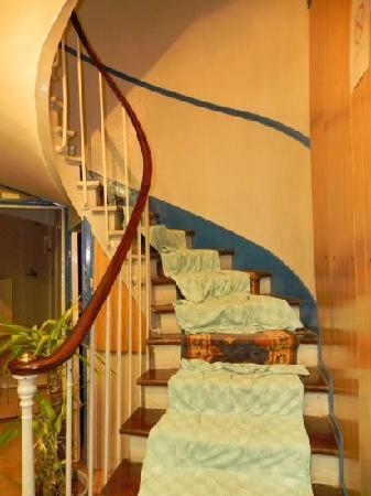 Hotel Bonsejour Montmartre: Dia de lluvia, goteaba sobre la escalera