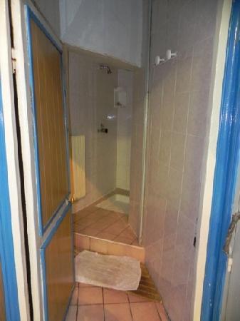 Hotel Bonsejour Montmartre: Unica ducha del hotel en planta baja, se usa con monedas...