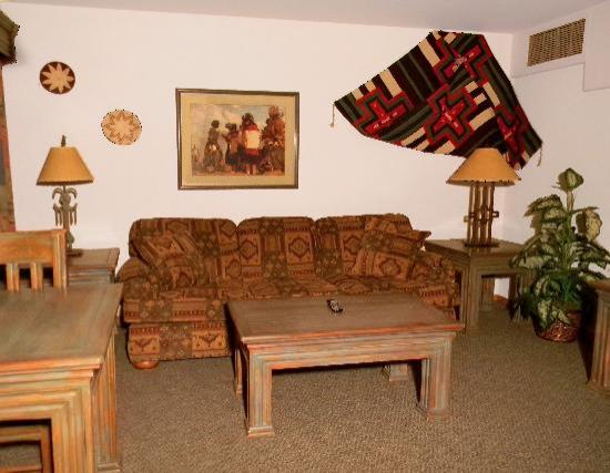 Cameron Trading Post Grand Canyon Hotel: Suite Living Room