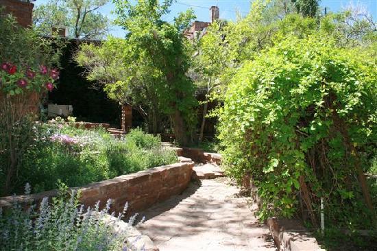 Cameron Trading Post Grand Canyon Hotel: Garden