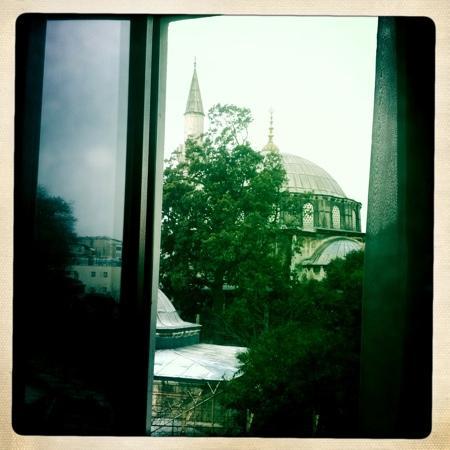 Dara Hotel Istanbul: вид из окна 2-го этажа