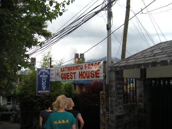 Kathmandu Peace Guest House: entrance