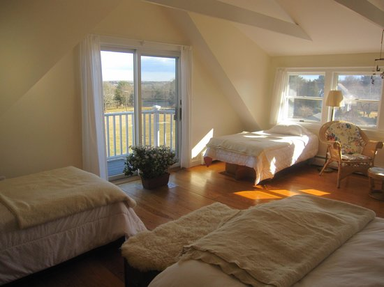 Stonehaven Family Farm: Master suite - clean, sunny, & bright w/farm & river views