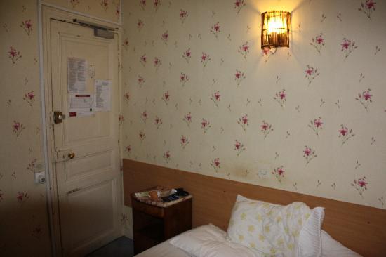 Hotel Les Chansonniers : porta toda lascada. deixa passar luz e barulho. parede suja!