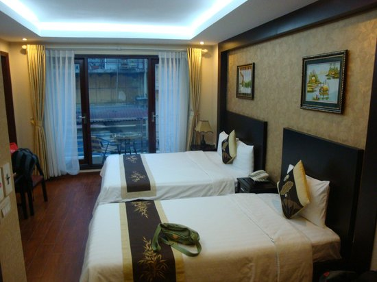 Pearl Suites Hanoi Hotel: Windy upgrade us to balcony family room upon our return from Halong Bay