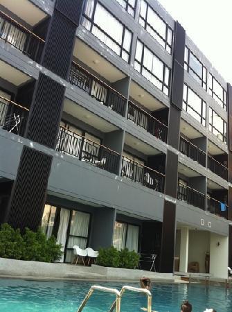 The Lantern Resorts Patong: вид отеля с бассейна