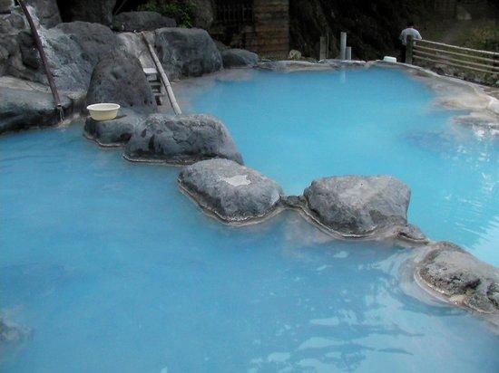 Beppu, Japão: 眩しいブルーの神秘的な湯