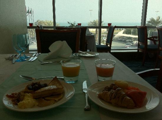 Costa Del Sol Hotel: the view from the breakfast buffet dining room
