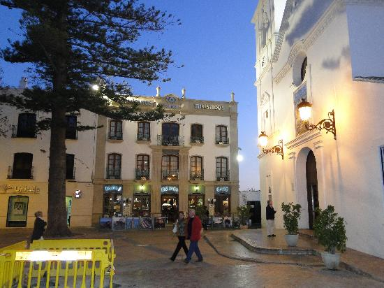 Toboso apar-turis Hotel: the hotel at night