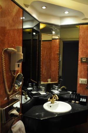 Melia Paris Notre-Dame: Bathroom