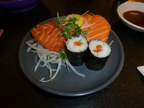 Yo Sushi - Victoria Station : Three slices of premium Scottish salmon sashimi, two salmon nigiri and two salmon maki.
