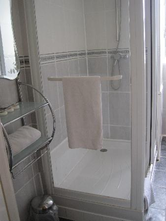 The George Hotel: Shared shower room