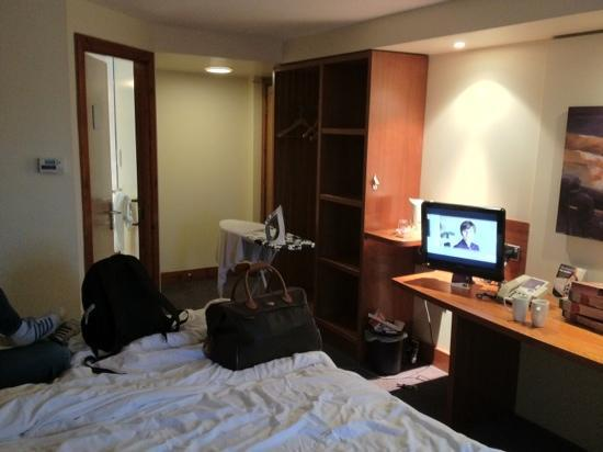 Premier Inn Nottingham Arena (London Road) Hotel: twin room. (excuse the mess)
