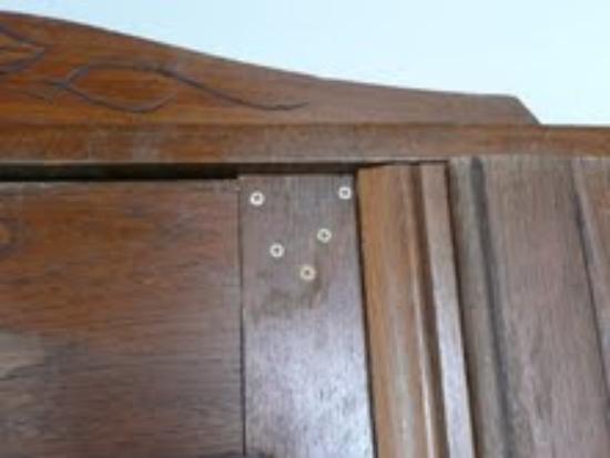 Chalet Hotel Moris : Wardrobe door screwed shut
