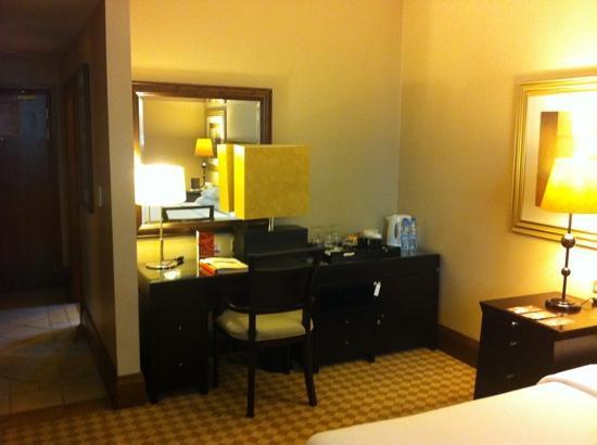 Sheraton Khalidiya Hotel: club room 306