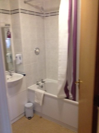 Premier Inn Birmingham Broad Street (Brindley Place) Hotel: Functional and clean bathroom