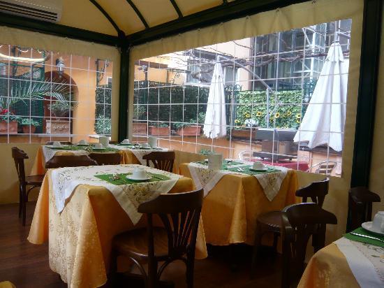 هوتل أرتوريس: salle du petit déjeuner