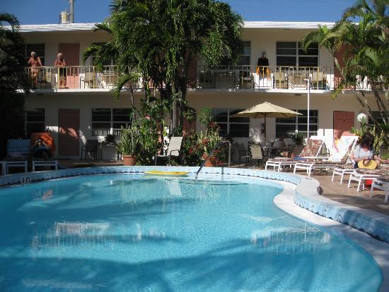 Shore Haven Resort Inn: Pool and Garden