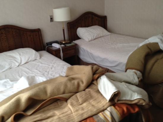 Best Western Hotel Finis Terrae: BW Finis Terrae Room 210- bed in corner infested ...