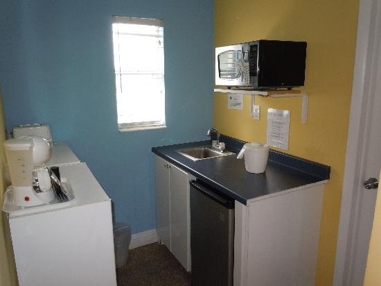 Hollywood Beach Suites, Hostel and Hotel: Mini kitchen area in suite