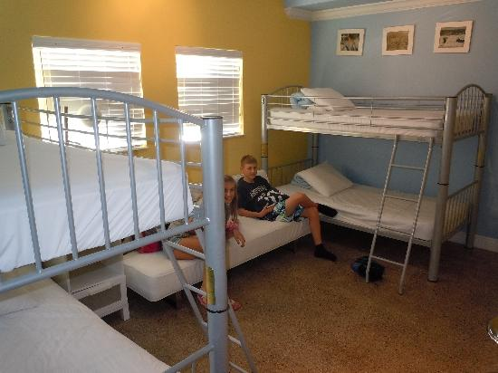 Hollywood Beach Suites, Hostel and Hotel: 2 sets of bunk beds