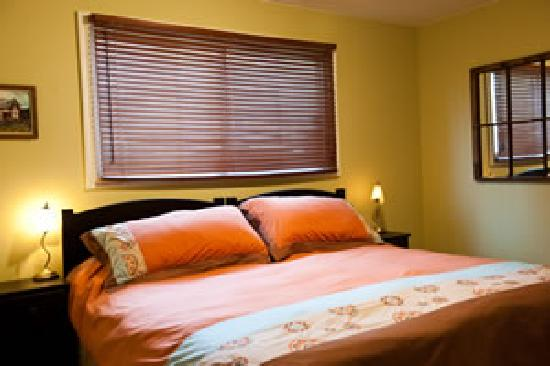 Auberge Kicking Horse B&B: King bed with duvet cover