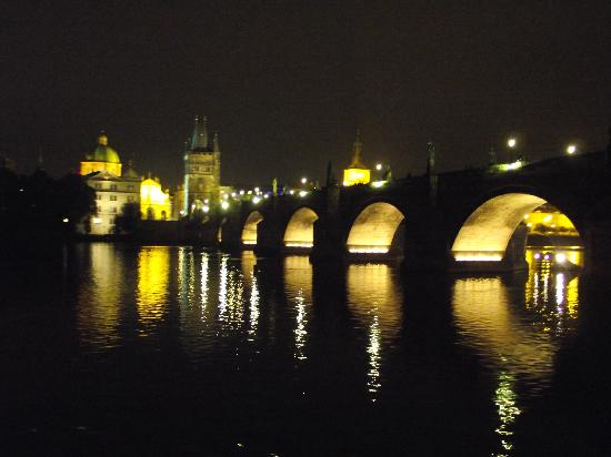 Praag, Tsjechië: Charles Bridge in the night