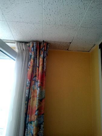 Hotel Mattle : luego de haber limpiado ,papel higienico en el piso ,vimos que tomaban las tohallas mojadas usad