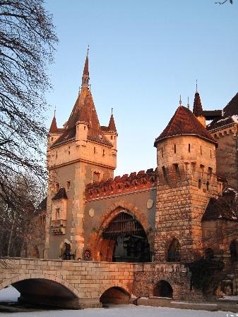 Varosliget: L'entré du château et son pont